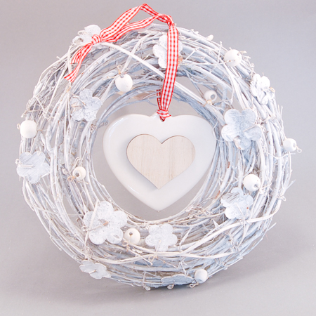 Čistý, bílý věnec s porcelánovým srdcem